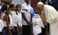 Papa beija menino Santuário da Virgem da Caridade, antes de viagem aos EUA
