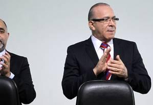O ministro da Aviação, Eliseu Padilha (à esquerda) ao lado do Ministro do Esporte, George Hilton, durante a cerimônia no auditório do Ministério do Esporte Foto: Ailton de Freitas / Agência O Globo