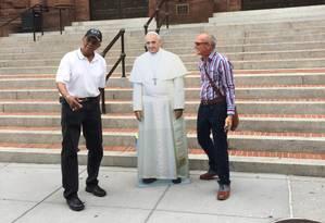 O americano Mark Johnson (esquerda) com a imagem do Papa e Craig Coubain Foto: Henrique Gomes Batista