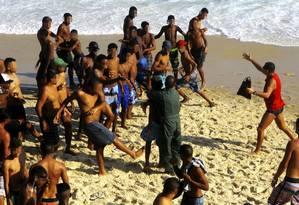 Confrontos e arrastões marcaram o último fim de semana de inverno Foto: Marcelo Carnaval / AgÍncia O Globo