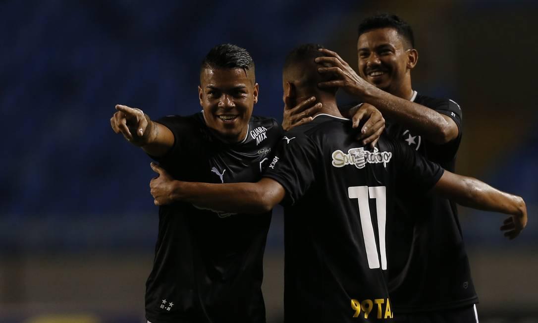 Jogadores do Botafogo comemoram um dos gols contra o Macaé, pela série B do Campeonato Brasileiro Alexandre Cassiano / Agência O Globo