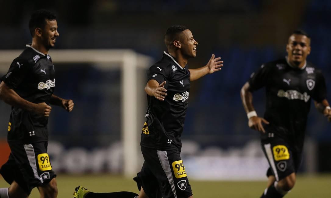 Fernandes abre os braços ao fazer o segundo gol do Botafogo Alexandre Cassiano / Agência O Globo