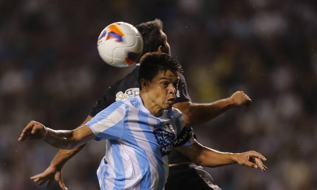 Atacante Navarro, do Botafogo, disputa a bola com jogador do Macaé Alexandre Cassiano / Agência O Globo
