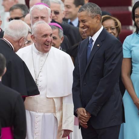 Recepção. Papa Francisco ri ao lado do presidente americano Barack Obama na Base Aére Andrews, nos arredores de Washington Foto: SAUL LOEB/AFP