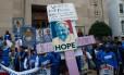 Papa é recebido em meio a protestos de trabalhadores por maiores salários
