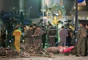 Policiais investigam o local do santuário de Erawan em Bangcoc após explosão Foto: Mark Baker / AP