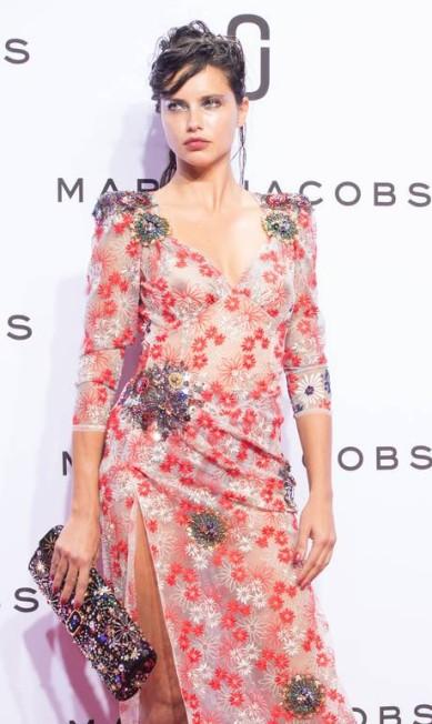 Adriana com look transparente no desfile de verão 2016 de Marc Jacobs Bryan R. Smith / AP