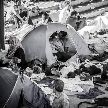 Casal de refugidos é capturado se beijando na estação de Keleti, em Budapeste Foto: István Zsíros