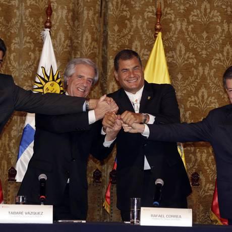 Da esq. para a dir: Os presidentes da Venezuela, Nicolás Maduro, do Uruguai, Tabaré Vazquez, do Equador, Rafael Correa, e da Colômbia, Juan Manuel Santos apertam as mãos no final da reunião em Quito, no Equador Foto: Dolores Ochoa / AP