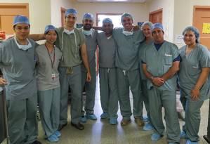 Equipe médica que realizou a cirurgia; Flávio é o quarto da direira para esquerda Foto: Divulgação