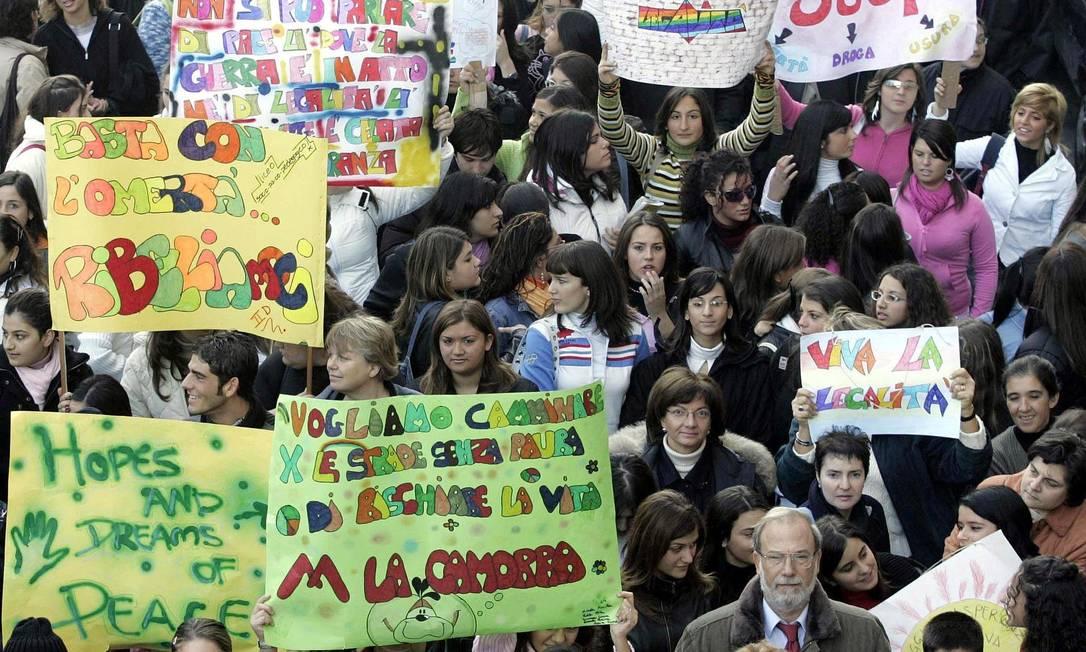 Jovens fazem manifestação contra a Camorra, a máfica local Foto: AFP/MARIO LAPORTA