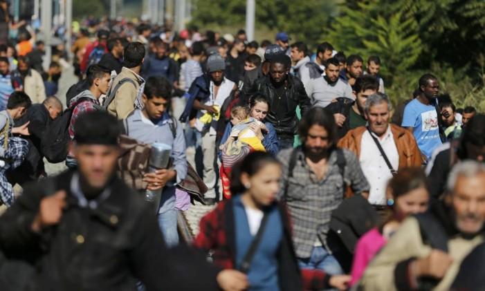 Migrantes desembarca em estação croata para seguir caminho Foto: ANTONIO BRONIC / REUTERS