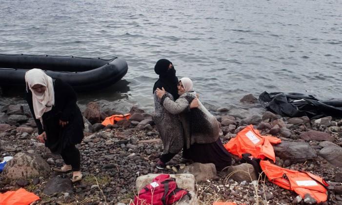 Refugiados desembarcam em Lesbos após travessia pela Turquia Foto: IAKOVOS HATZISTAVROU / AFP