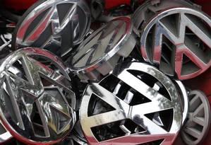 Logos da Volkswagen em caixas em depósito de Berlim Foto: AP