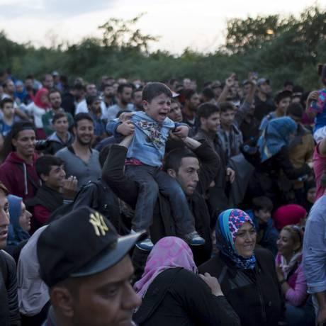 Refugiados esperam para atravessar em Babska, na Croácia Foto: MARKO DJURICA / REUTERS