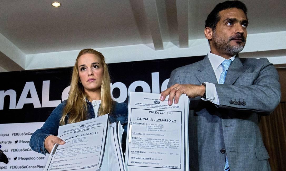 Tintori e Gutiérrez apresentam documentos do caso contra López Foto: FEDERICO PARRA / AFP
