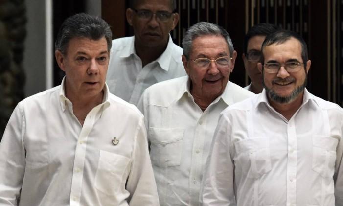 Juan Manuel Santos, Raúl Castro e Timochenko: acerto rumo à paz Foto: RODRIGO ARANGUA / AFP