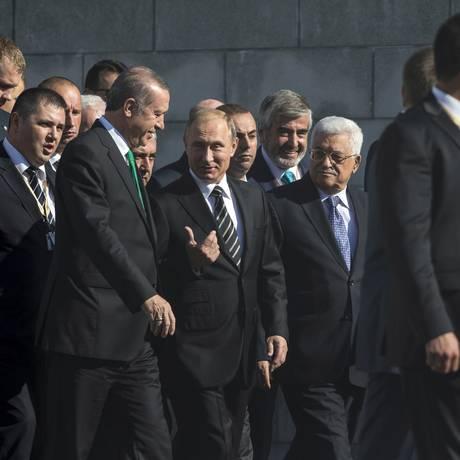 Em Moscou, Putin recebeu os presidentes de Turquia, Recep Tayyip Erdogan, e da Autoridade Palestina, Mahmoud Abbas Foto: Pavel Golovkin / AP