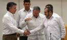 Santos, Raúl e Timochenko apertam as mãos após acordo histórico Foto: LUIS ACOSTA / AFP