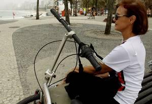 Alice Claramonte no Arpoador, depois de pedalar: 'Não venho mais à praia nos fins de semana' Foto: Gabriel de Paiva / Agência O Globo