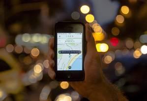 Tela do aplicativo Uber em celular: projeto que proibir serviço e punir quem utilizá-lo Foto: Leo Martins / Agência O Globo (0/04/2015)