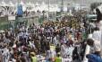 Peregrinos muçulmanos e equipes de resgate se reúnem em torno de pessoas que foram esmagadas pela superpopulação em Mina, na Arábia Saudita, durante a peregrinação anual do hajj
