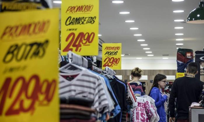 Confiança do consumidor recua e atinge menor nível histórico pela terceira vez seguida