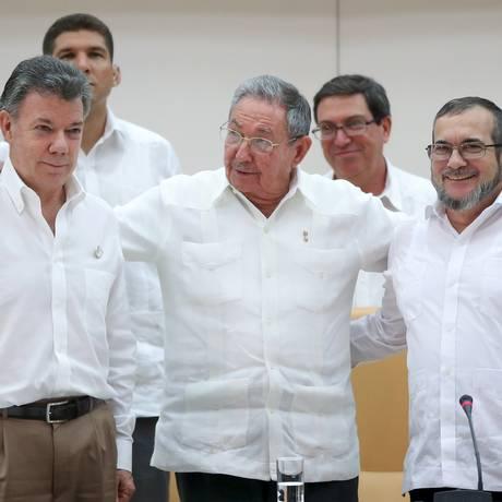 Santos, Raúl e Timochenko anunciam acordo histórico com as Farc em Havana Foto: ALEXANDRE MENEGHINI / REUTERS