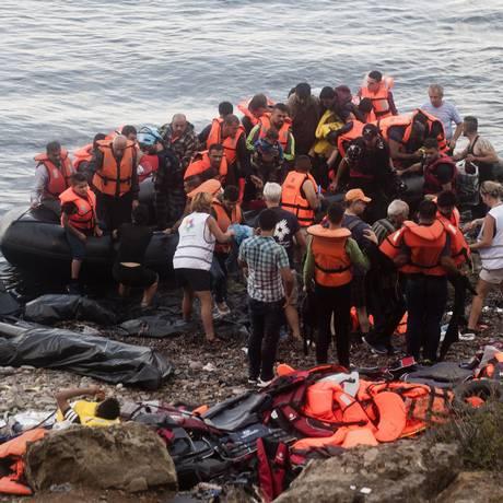 Imigrantes chegam à ilha grega de Lesbos depois de atravessarem o Mar Egeu a partir da Turquia Foto: IAKOVOS HATZISTAVROU / AFP