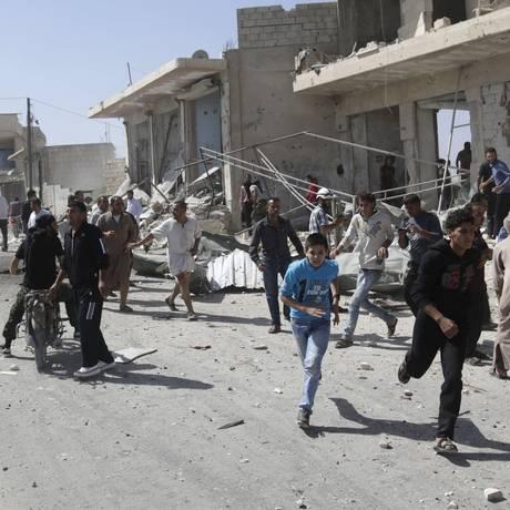 Civis correm de local atingido pelo que ativistas disseram que foi um ataque aéreo das forças leais ao presidente Bashar al-Assad, na aldeia de Kafruma, na zona rural do sul de Idlib, na Síria Foto: KHALIL ASHAWI / REUTERS