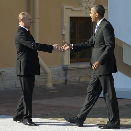 Putin recebe Obama para a reunião do G20, no dia 5 de setembro de 2013, em São Petersburgo Foto: PABLO MARTINEZ MONSIVAIS / AFP