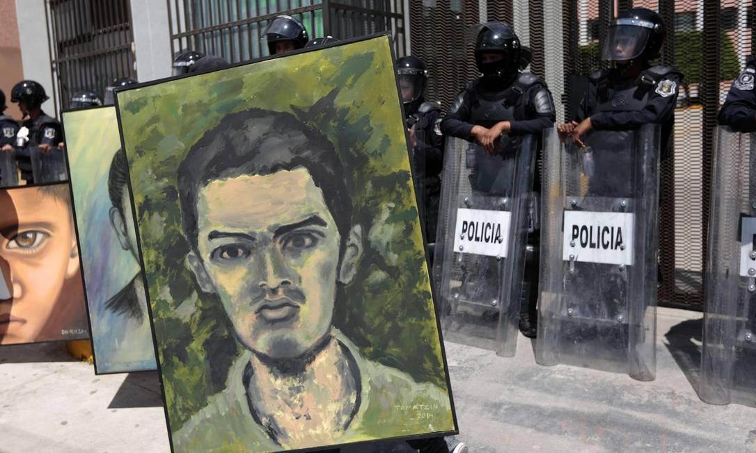 Retratos dos 43 estudantes são expostos em Chilpancingo para marcar aniversário do desaparecimento Foto: Pedro PARDO / AFP