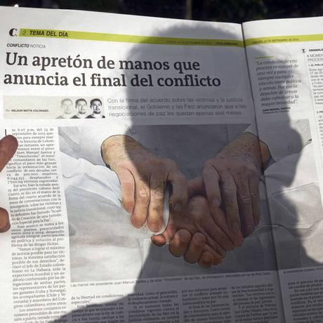 Sombra. Uma mulher a notícia do acordo, em Medellín: muitos cobram explicações Foto: RAUL ARBOLEDA / AFP