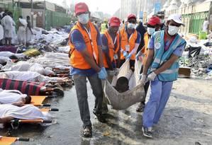 Equipe de resgate retira corpo de peregrino morto em tumulto perto de Meca Foto: STRINGER / REUTERS