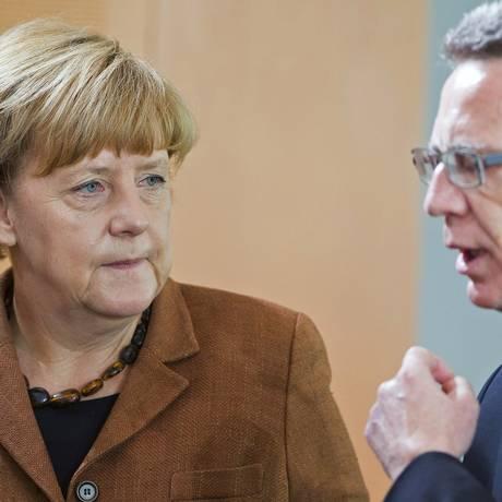 A chanceler alemã Angela Merkel e ministro do Interior alemão, Thomas de Maizière, chegam para a reunião semanal de gabinete na chancelaria em Berlim Foto: HANNIBAL HANSCHKE / REUTERS