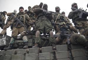 Combatentes separatistas pró-Rússia sobem em tanque em Debaltseve, no Leste da Ucrânia: o Acnur denuncia a expulsão da agência e de ONGs internacionais de assistência Foto: Vadim Ghirda / AP