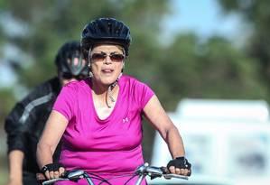 A presidente Dilma Rousseff em seu passeio diário de bicicleta nos arredores do Palácio da Alvorada Foto: André Coelho / 21-09-2015 / Agência O Globo