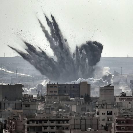 Kobani é atingida durante um ataque aéreo da coalizão internacional: 70% da cidade foi destruída Foto: ARIS MESSINIS / AFP