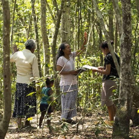 Luiza dos Santos (à esquerda) com as filhas Denilza e Rosângela e o neto Paulo Sérgio. A família sai de São Gonçalo para orar no monte e diz que o menino foi curado ali Foto: Agência O Globo / Ana Branco
