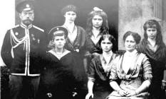 A família real russa em 1915: o czar (esquerda) e sua mulher Alexandra (sentada) com os filhos Alexei, Olga, Tatyana, Maria e Anastasia Foto: Epa-Itar-Tass Files / AFP PHOTO