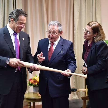 Cuomo e Raúl se divertiram com taco de beisebol Foto: Kevin P. Coughlin / Office of the NY Governor