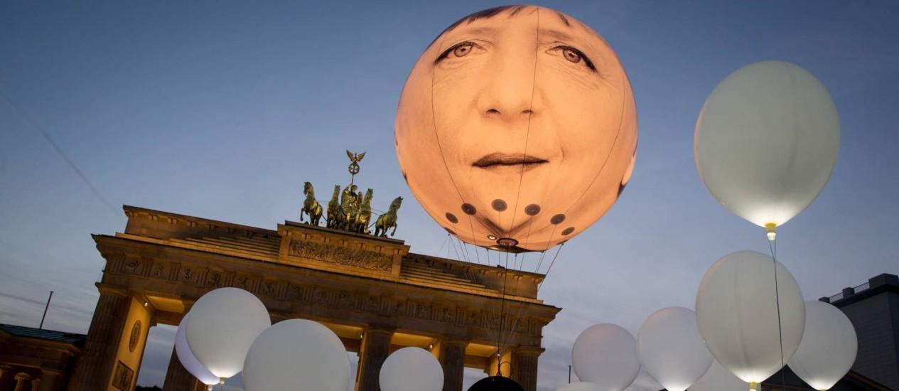 Desconfiança. Desenho de Merkel é exposto em balão no Portão de Brandembugo: chanceler alemã é alvo de críticas Foto: Kay Nietfeld / Kay Nietfeld/AP