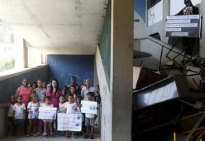 Crianças e ex-alunos querem a revitalização da escola Foto: Gustavo Stephan / Agência O Globo