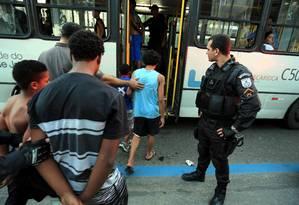 Menores que estavam no ônibus 474 foram levados para a DPCA Foto: Marcelo Theobald / Agência O Globo