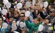 Dezenas de pessoas seguram desenho com o rosto do Papa Francisco enquanto esperam sua chegada na na Catedral Basílica de São Pedro e São Paulo, na Filadélfia