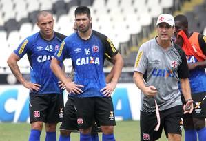 Leandrão, Luan e o técnico Jorginho em São Januário Foto: Divulgação