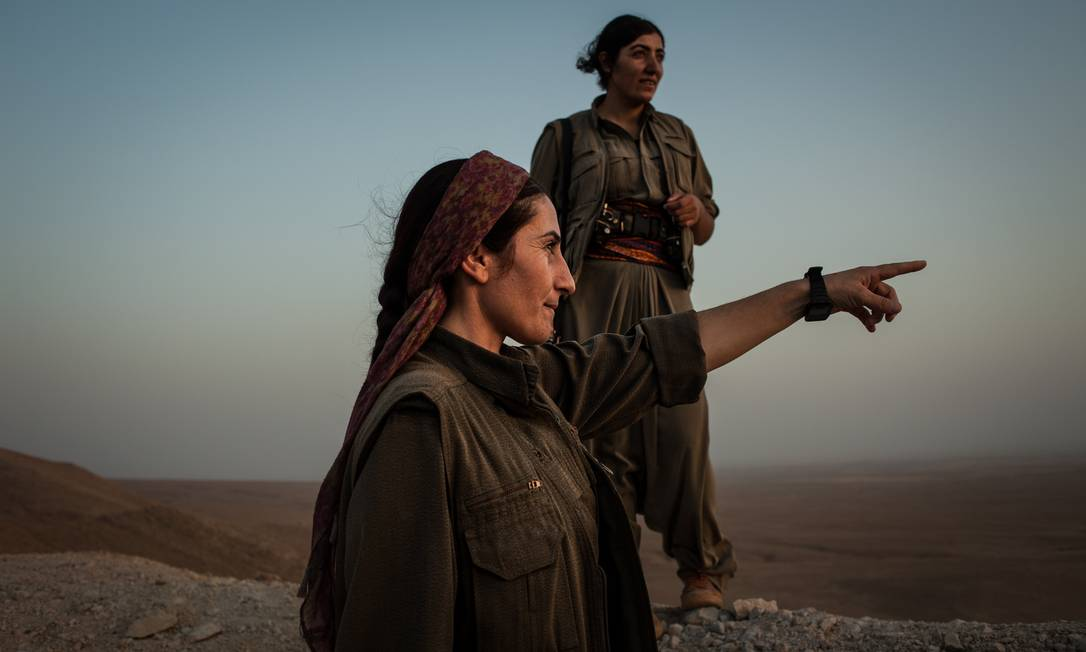 No front. Militante do PKK indica posição do EI que separa o grupo curdo dos militantes extremistas, a alguns quilômetros de Camp Makhmour: igualdade de gênero é um dos pilares Foto: Alice Martins / Alice Martins