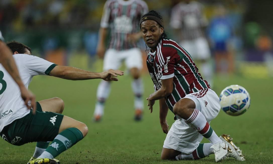 Ronaldinho Gaúcho se ajoelha em disputa de bola no jogo contra o Goiás Alexandre Cassiano / Agência O Globo