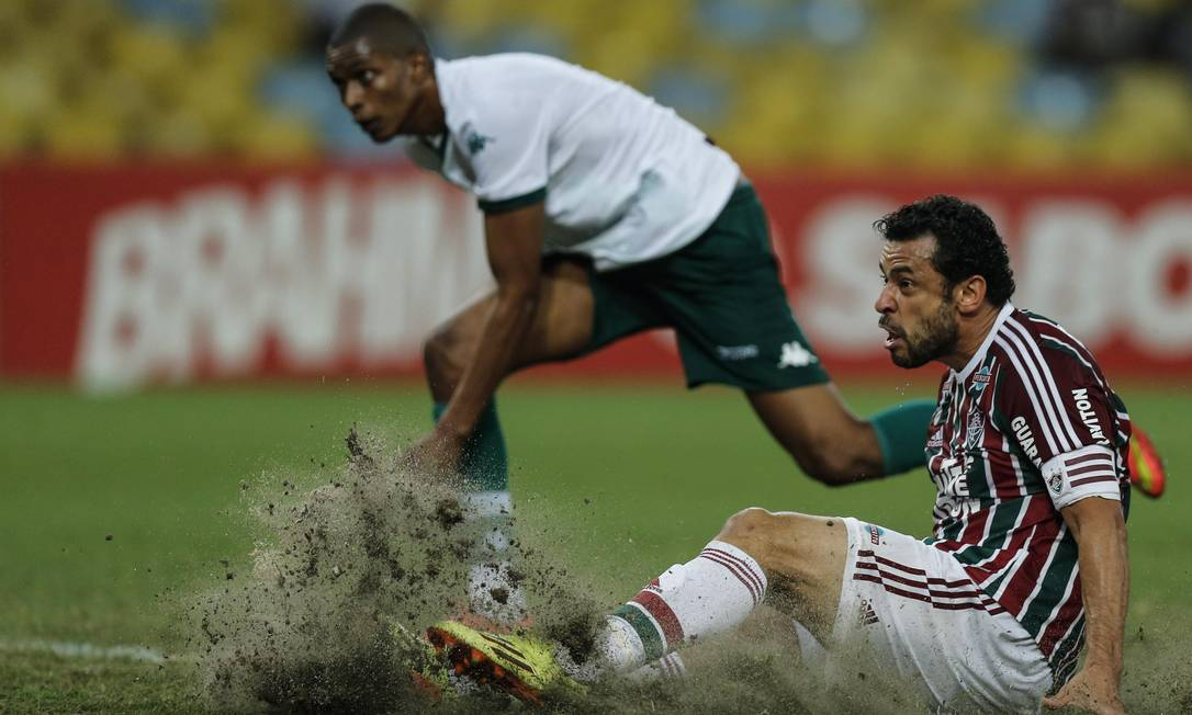 Fred tira a grama do Maracanã em lance contra o Goiás Alexandre Cassiano / Agência O Globo
