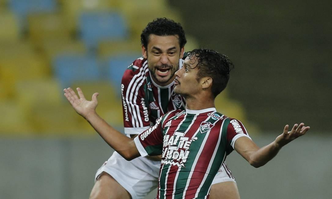 Scarpa abre os braços, ao lado de Fred, ao marcar um golaço no Maracanã Alexandre Cassiano